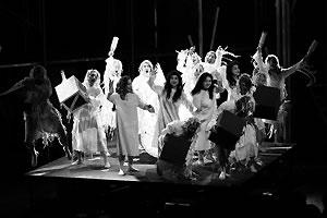 写真:札幌室内歌劇場・オペラ「月を盗んだ話」舞台風景